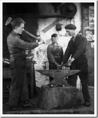 Willy Leo en Broer Munsters in de smederij